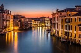 venezia veneto italia canale rialto notte luci case lago